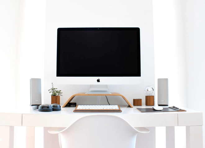 白い部屋のパソコン画像