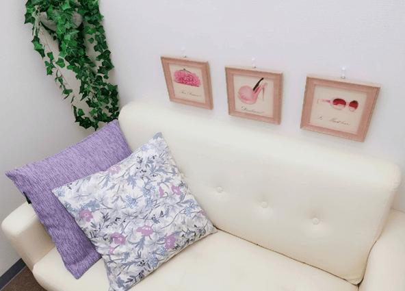 白いソファに女性らしい花柄のクッションのあるチャットルーム