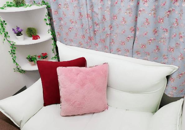 花柄のカーテンで可愛らしい内装