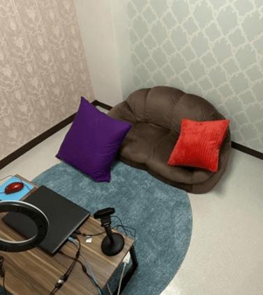 ドルチェの茶色いソファのあるチャットルーム